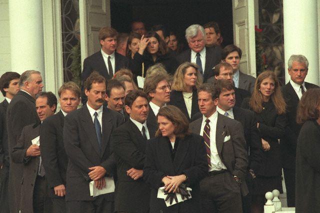 Le clan Kennedy à la sortie de l'église (03.01.1998)