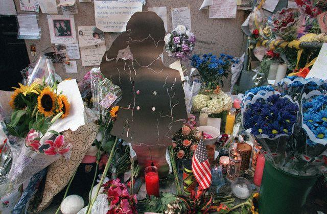 Fleurs et messages tapissaient le trottoir devant le domicile de John Fitzgerald Kennedy Jr et Carolyn Bessette (21.07.1999)