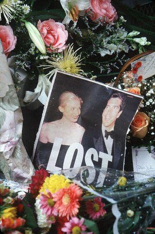 Les Américains ont rendu un vibrant hommage à John Fitzgerald Kennedy Jr et Carolyn Bessette (18.07.1999)