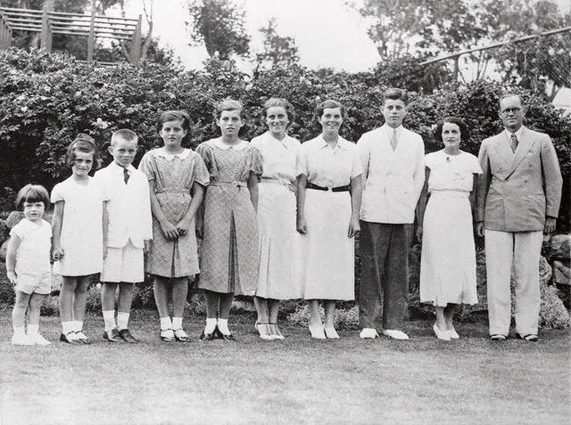 Ted, Jean, Bobby, Pat, Eunice, Kick, Rosemary, JFK,   Rose et Joseph Patrick à Boston (08.07.1934)