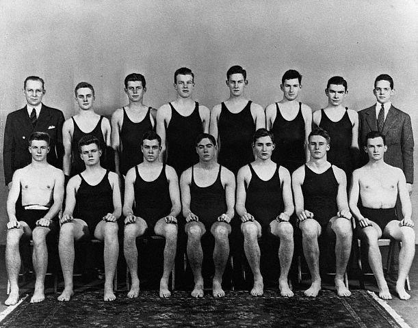 JFK (3ème en haut à gauche) au sein de son  équipe de natation de Harvard (1937)