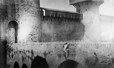 JFK escaladant un rempart du Château de  Carcassonne (07.1937)