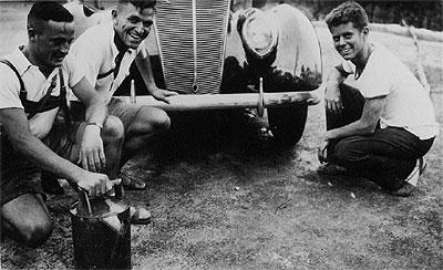 Panne de moteur pour JFK sur la route du  Vésuve (08.1937)
