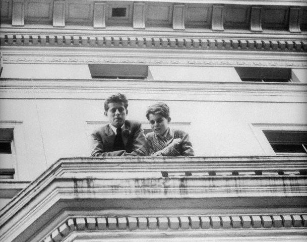 JFK et Bobby assistent au départ de leur mère  et de leur soeur Eunice à Buckingham Palace (18.07.1939)