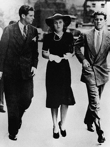 Joe Jr, Kick et JFK se rendent à Westminster  pour entendre la déclaration de guerre (03.09.1939)