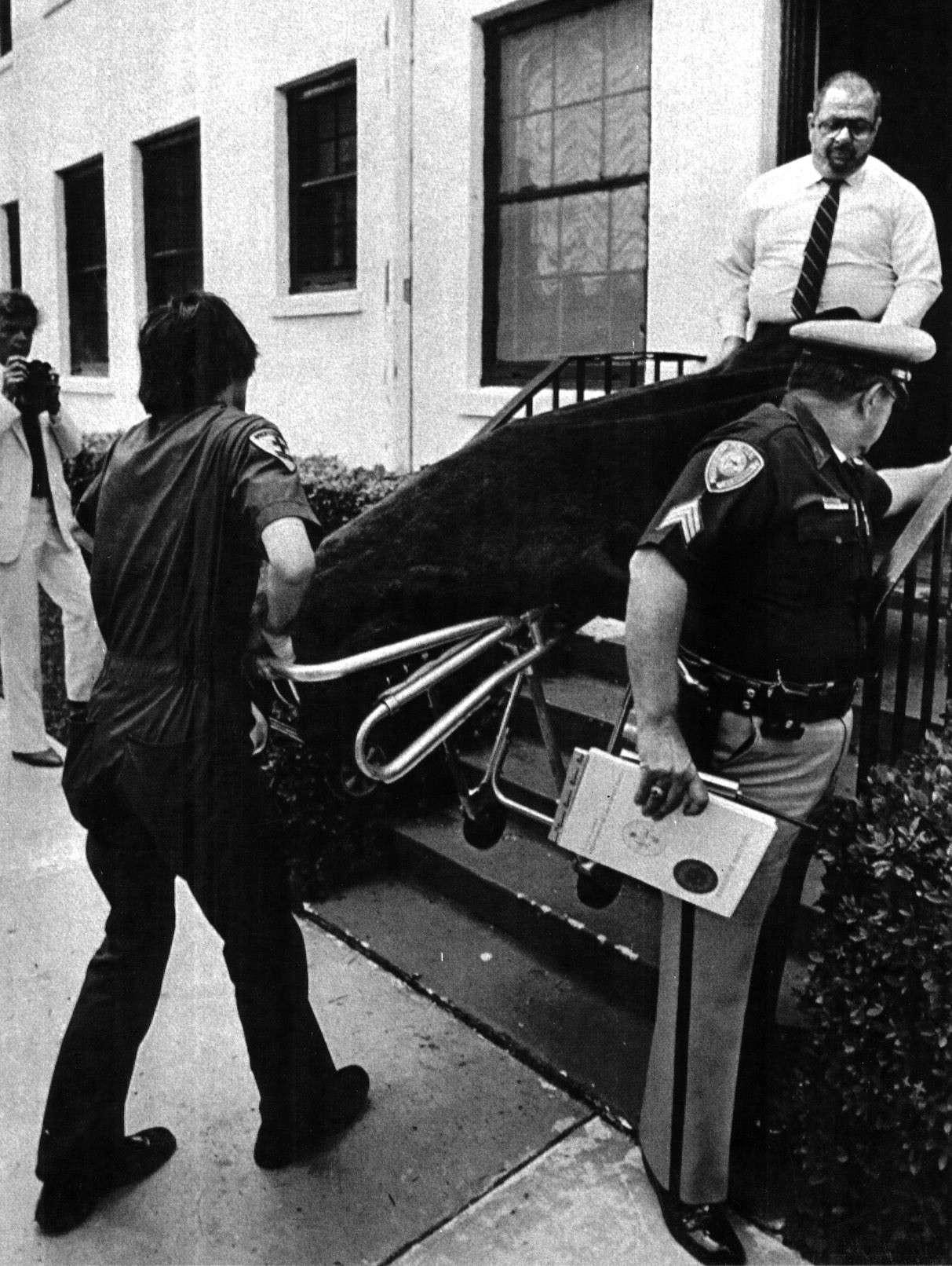 Le corps de David Anthony Kennedy est évacué de l'hôtel (25.04.1983)