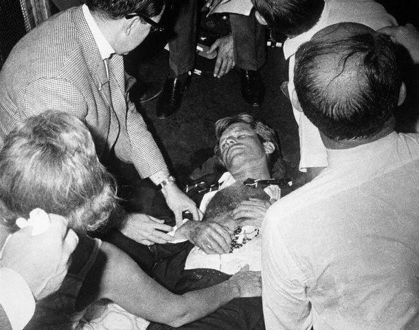 Plusieurs balles atteignent Robert (Bobby) Fitzgerald Kennedy