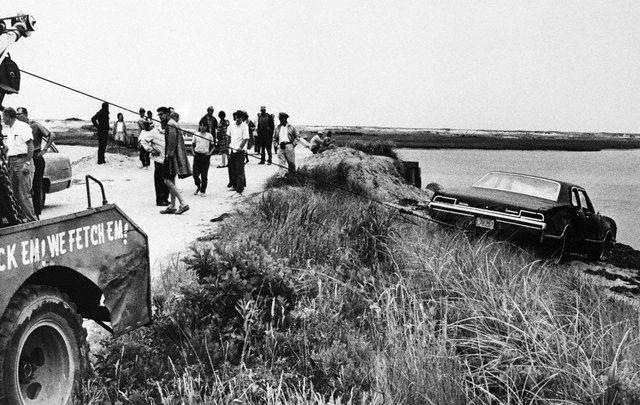 La voiture est retirée du cours d'eau (19.07.1969)