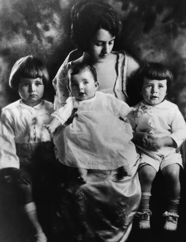 Joseph Patrick Jr et JFK entourent leur soeur Rosemary avec leur mère Rose (1919)