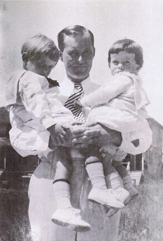 Joseph Patrick Jr et JFK dans les bras de leur père Joseph Patrick Sr (1919)