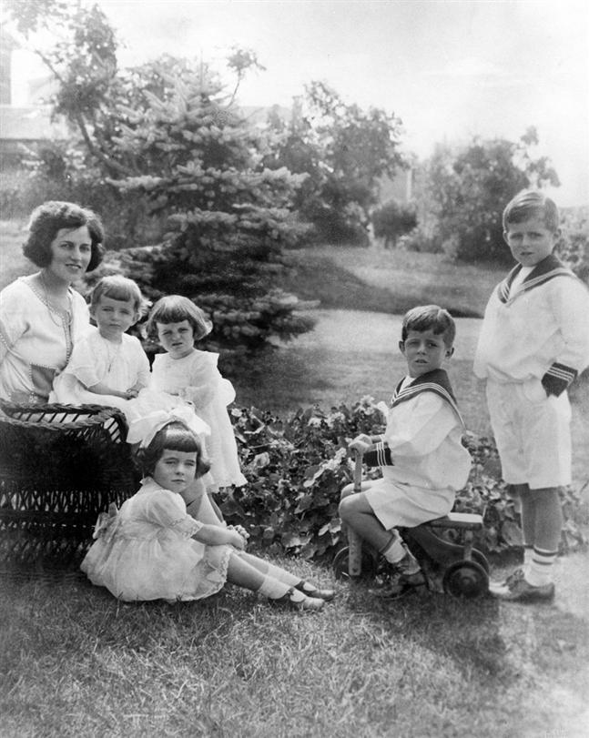 Rose Fitzgerald et ses enfants Eunice, Kathleen, Rosemary, JFK et Joe Jr (1922)