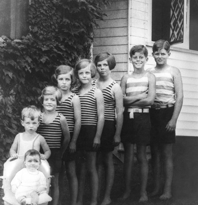 Jean, Bobby, Pat, Eunice, Kick, Rosemary, JFK et Joe  Jr à Hyannis Port (1928)