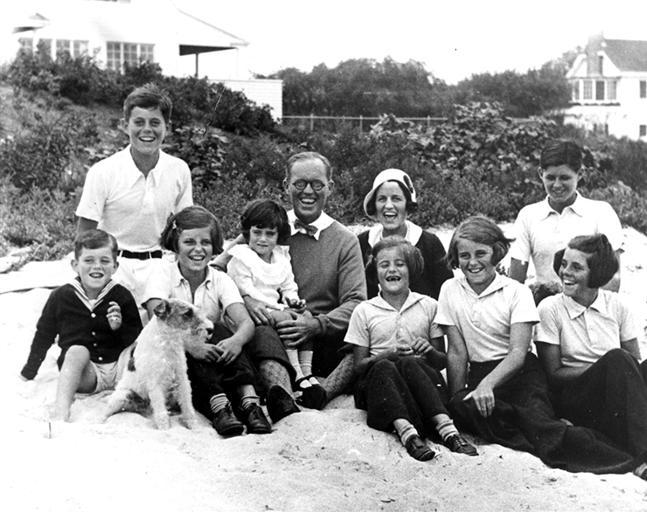 Bobby, JFK, Eunice, Jean, Joseph Patrick, Rose, Pat,   Kick, Joe et Rosemary à Hyannis Port (04.09.1931)