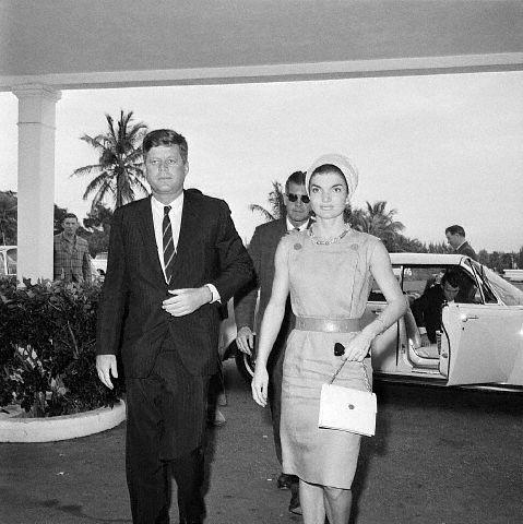 Le couple présidentiel arrivant à l'hôpital (20.12.1961)