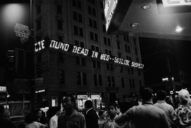 L'annonce de la mort de Marilyn Monroe à Manhattan (05.08.1962)