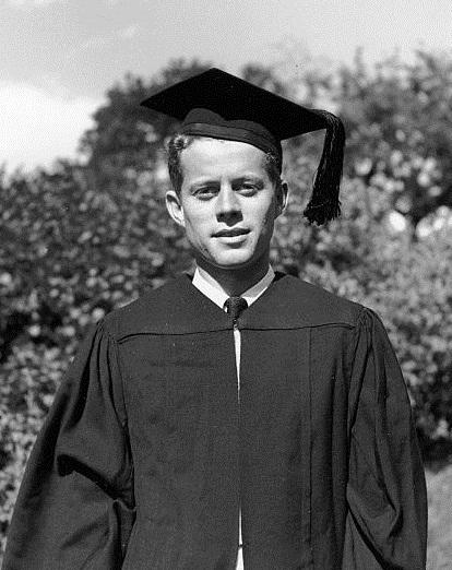JFK est gradué à la Harvard University (06.1940)
