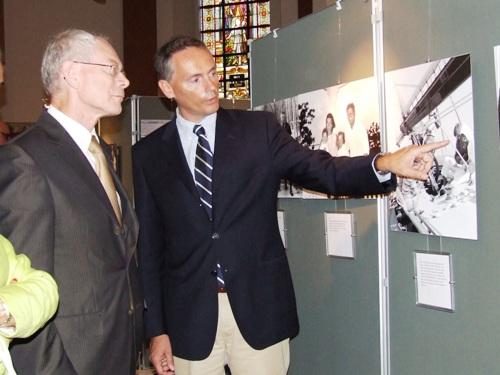 Lors de l'inauguration de l'exposition de Bree, Frédéric Lecomte-Dieu  détaillant une photo au Premier Ministre Belge de l'époque, Herman Van Rompuy (08.07.2009)