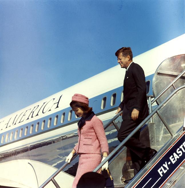 Le couple présidentiel à sa descente d'avion à Love Field