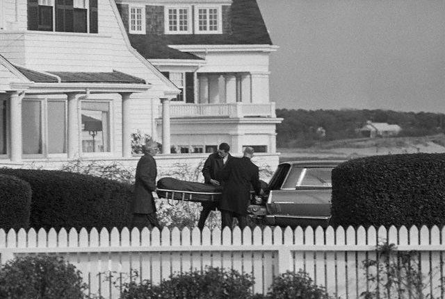 La dépouille de Joseph Patrick (Joe) Kennedy Sr quittant Hyannis Port (18.11.1969)