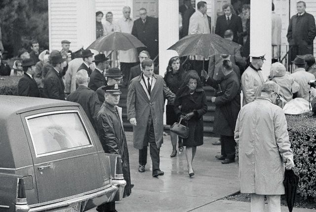 Rose Fitzgerald Kennedy et son fils Edward (Ted) Fitzgerald Kennedy à la sortie de l'église (20.11.1969)