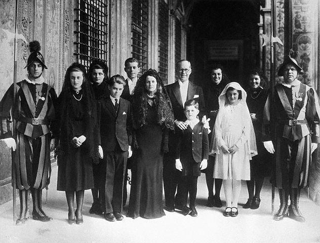 La famille Kennedy au Vatican pour  l'intronisation du Pape Pie XII (03.1939)